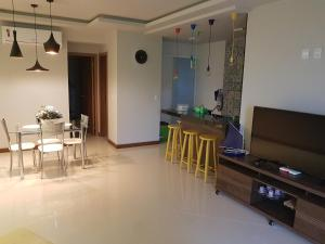 A television and/or entertainment center at Apartamento Bracuhy - Peninsula III