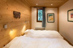 A bed or beds in a room at Chalet Solaise 6