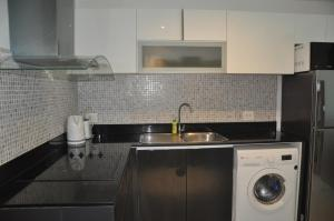 A kitchen or kitchenette at The Axis B201