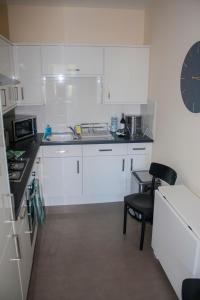 A kitchen or kitchenette at Lexington Apartments
