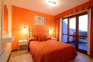 Una cama o camas en una habitación de Terrazas de Merlo Apart Hotel