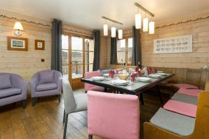 A restaurant or other place to eat at Madame Vacances Les Chalets de l'Altiport