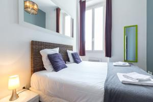 A bed or beds in a room at Florella Marceau Apartment