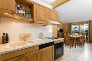 Cuina o zona de cuina de Madame Vacances Les Chalets d'Isola