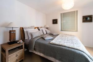 A bed or beds in a room at Sonnegg Penthouse