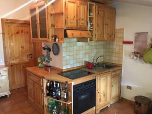A kitchen or kitchenette at casa a rocca 2