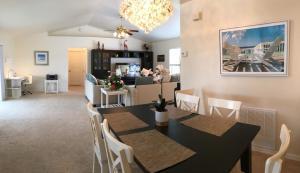 Ein Restaurant oder anderes Speiselokal in der Unterkunft Villa Dolphins House
