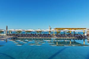 The swimming pool at or near Aparthotel Fontanellas Playa