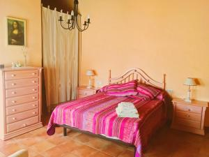 A bed or beds in a room at Casa Rural FuenteVieja