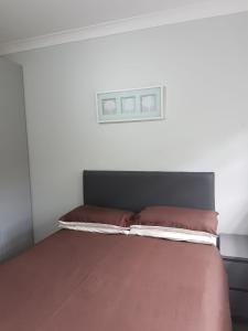 A bed or beds in a room at Apartments on the Green
