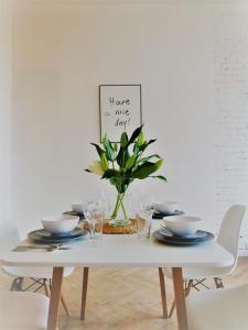Un restaurante o sitio para comer en Concordia Apartments