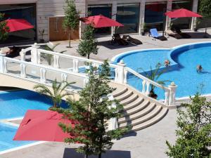 Piscina de la sau aproape de Varna South Bay Beach Residence