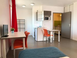 A kitchen or kitchenette at Apparteo Lyon 7 Jean Jaurès