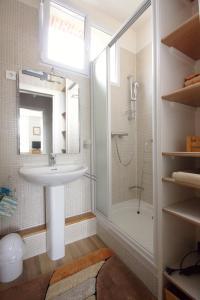 A bathroom at Le quai Maupassant