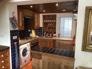 A kitchen or kitchenette at Erin Cottage