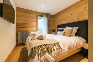 A bed or beds in a room at Les Portes de Megève