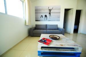 Uma área de estar em Manga Verde Beach Residence