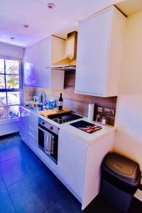 A kitchen or kitchenette at Colindeep Lane House
