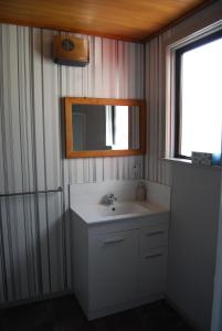 A bathroom at Judge Rock Exclusive Vineyard Cottage Accommodation