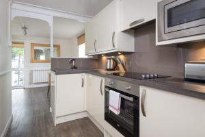 A kitchen or kitchenette at Balmoral Apartment