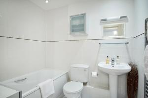 A bathroom at Riverbank Point By Flying Butler