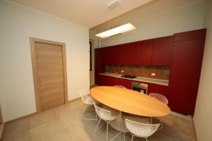 A kitchen or kitchenette at KMC suites - Purple