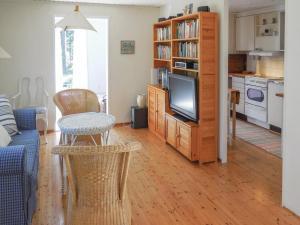 Część wypoczynkowa w obiekcie Two-Bedroom Holiday Home in Degeberga