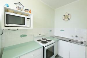 A kitchen or kitchenette at Ebbtide, Unit 07, 2-6 North Street