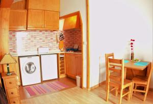 A kitchen or kitchenette at A Casinha