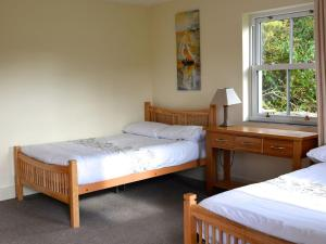 A bed or beds in a room at Rivers Bend Cottage