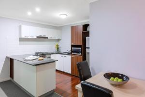 A kitchen or kitchenette at Oaks Brisbane Lexicon Suites