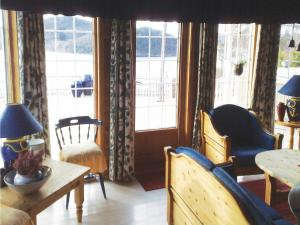Holiday home Lyngdal Bordvik休息區