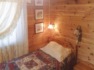 Holiday home Lyngdal Bordvik房間的床
