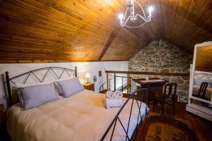 A bed or beds in a room at Moinhos do Poço Verde
