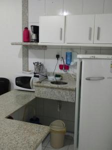 A kitchen or kitchenette at Flat Avenida Oceânica Barra