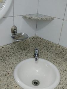 A bathroom at Flat Avenida Oceânica Barra