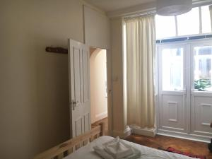 A bed or beds in a room at Spacious Flat in Central London