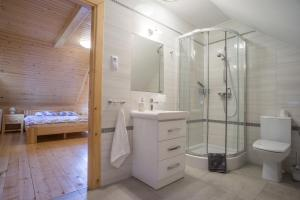 "A bathroom at Domki Zawoja ""Mosorny Park"""