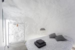 A bed or beds in a room at Cueva de la Amapola