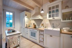 A kitchen or kitchenette at Villa Lemon & Mint