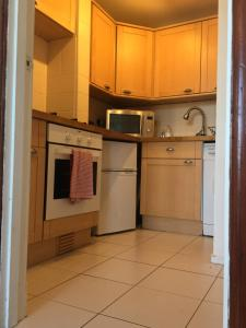 A kitchen or kitchenette at Scotstoun Appartments