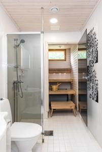 Kylpyhuone majoituspaikassa Kievarinhovi Apartments