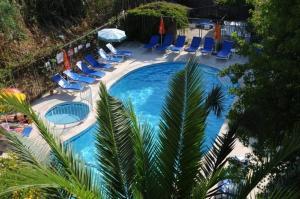 Ein Blick auf den Pool von der Unterkunft Caretta Apart oder aus der Nähe