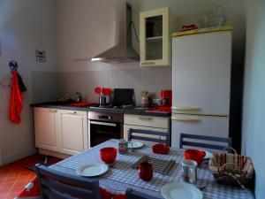 Cuisine ou kitchenette dans l'établissement L'Ajoussienne