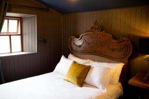 A bed or beds in a room at Storytellers Cottage