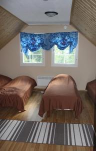 A bed or beds in a room at Surkeenjärven Jaakon talot