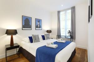 A bed or beds in a room at Résidence Blanche