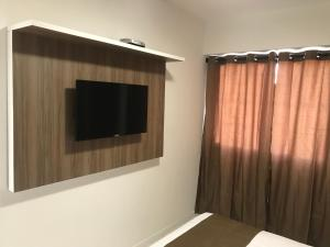 A television and/or entertainment center at Apart Hotel Rio Stay