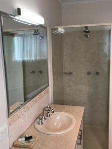 A bathroom at Beachcomber Motel & Apartments
