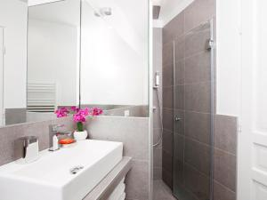 A bathroom at Luxury 4 Bedrooms Opera Lafayette II by Livinparis